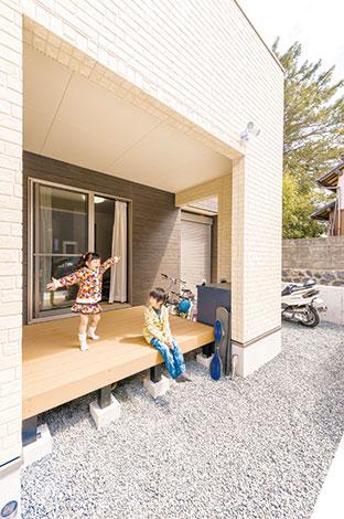 アフターホーム【1000万円台、子育て、間取り】バルコニーを広げたことでできたスペースは、インナーデッキを設置。お子さんが遊んだり、ご主人がのんびりタバコを燻らせたり