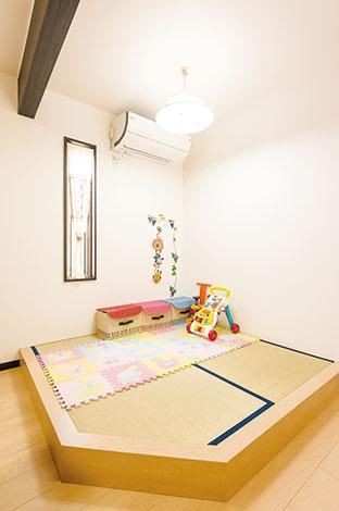 アフターホーム【1000万円台、子育て、間取り】リビングの畳コーナーは、お子さんが遊んだり、赤ちゃんを寝かしつけたりと便利。 自分達の希望に優先順位をつけて依頼することで、うまく予算内に収めた
