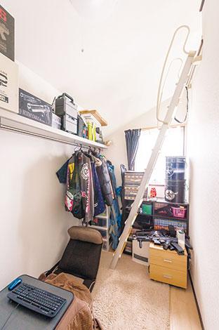 アフターホーム【1000万円台、子育て、間取り】釣りやスノボ、エアガンなど、多趣味なご主人のために追加してもらった小部屋。ロフトも付いて、まさに隠れ家のような雰囲気