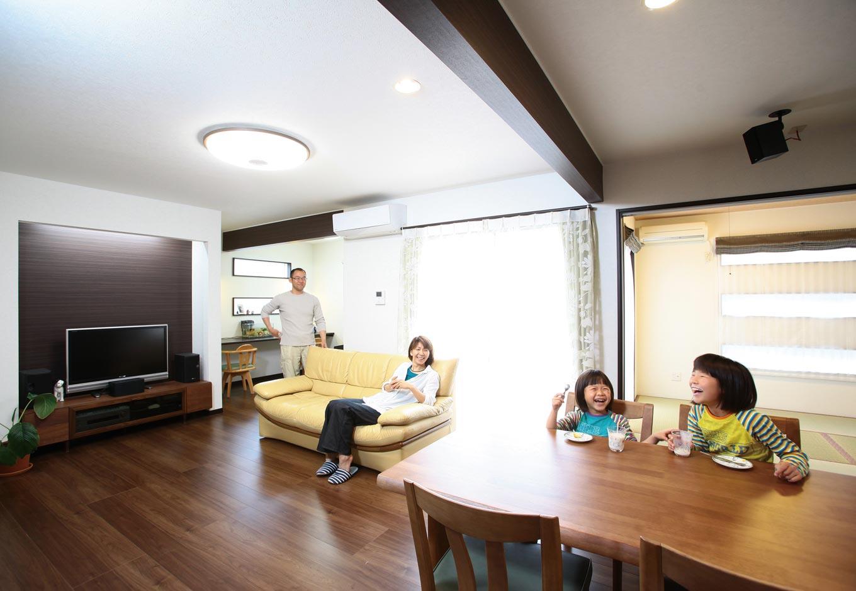 アフターホーム【1000万円台、デザイン住宅、狭小住宅】子どもたちの勉強スペース、テ レビコーナー、ウッドデッキ、和室、 ダイニングと、用途ごとの空間が 連なった広々としたリビングダイニ ング