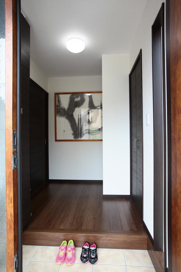 奥さまの書が掛けられた印象的な玄関
