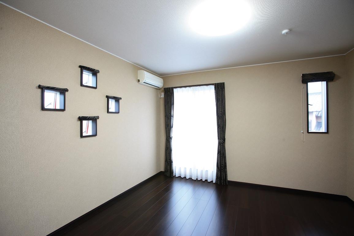 特徴的な窓とカーテン使いがデザイン性を高めている