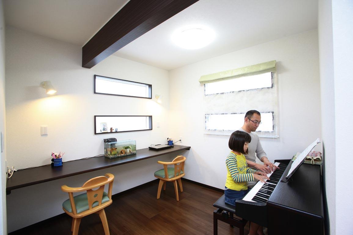 アフターホーム【1000万円台、デザイン住宅、狭小住宅】ご主人の趣味のピアノが置かれた、リビングの一角にある子どもたちの勉強スペース