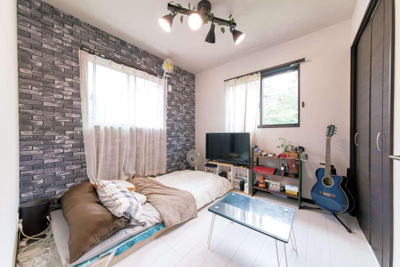 次男の部屋。クロスはレンガ調のものを選び、4灯のスポットライトの照明で、インダストリアルな雰囲気にコーディネートしている