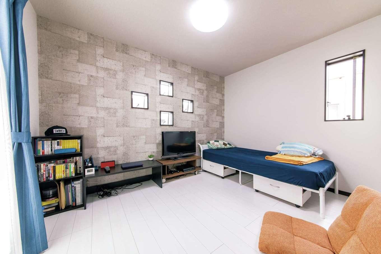 長男の部屋はコンクリート調のクロスで色調を抑えてシンプルに。外観のアクセントにもなる4つの小窓がお洒落