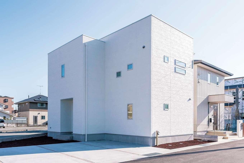 アフターホーム【1000万円台、デザイン住宅、間取り】青い空に映える真っ白な外観。リゾートのシーサイドを見おろす丘に立つ、豪邸や高級コンドミニアムのようなイメージでプランニング。見学時には窓にも注目して。ガラス部分には遮熱効果の高いフィルムを採用。中からの視界ははっきり、外部の視線はシャットアウトするマジックミラー効果で、プライバシーにも配慮。天気の良い日は青空を映しこみ、白い壁とのコントラストもきれい