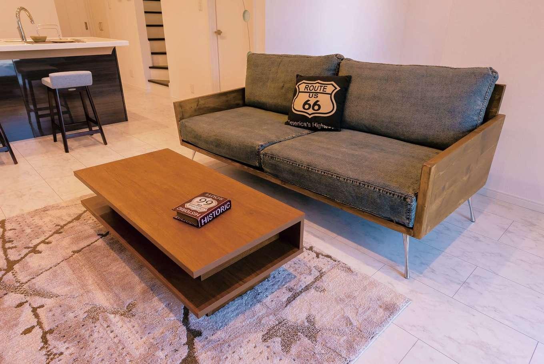 デニム調のファブリックを使ったスツールやソファで、サーファー&ヴィンテージを演出。売却時には家具もプレゼント