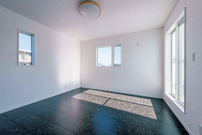 黒大理石調のパネルを貼った2階の一室。シックな雰囲気は寝室にぴったり