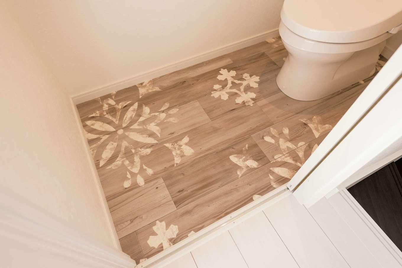 """アフターホーム【1000万円台、デザイン住宅、間取り】トイレの床でも、""""サーファーズハウス""""を表現。ステンシル調のボタニカルモチーフのクロスが個性的"""