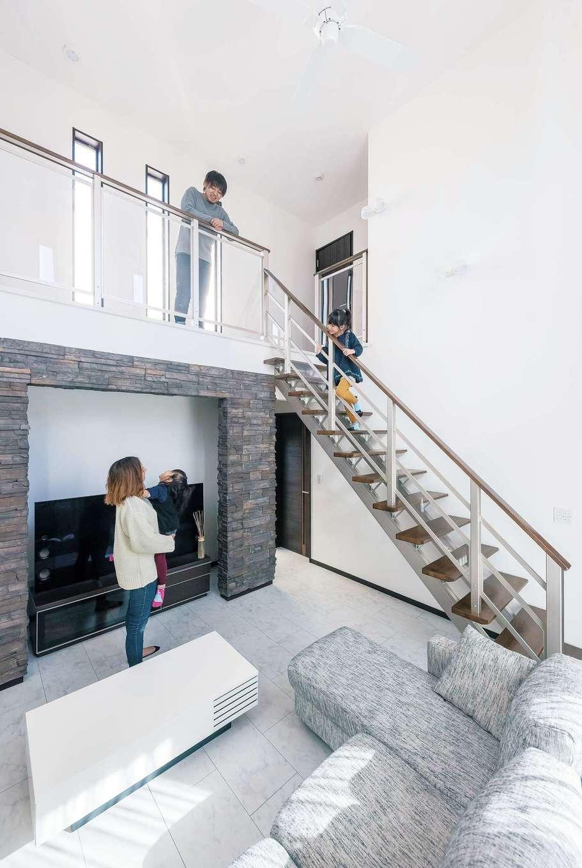 アフターホーム【1000万円台、デザイン住宅、子育て】2階の窓から明るい日差しが入る、開放感満点の吹き抜けリビング。インパクトのある壁のレンガ貼りも、抜け感のあるスケルトン階段も、この空間だからこそマッチする