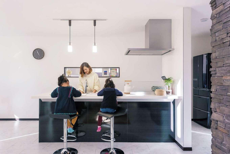 アフターホーム【1000万円台、デザイン住宅、子育て】背面収納がなく、すっきりとしたキッチン。「リビングにいる家族を見られるのがいい」と奥さま。ご主人が仕事でいない時は、子どもたちとカウンターで食事をすることも