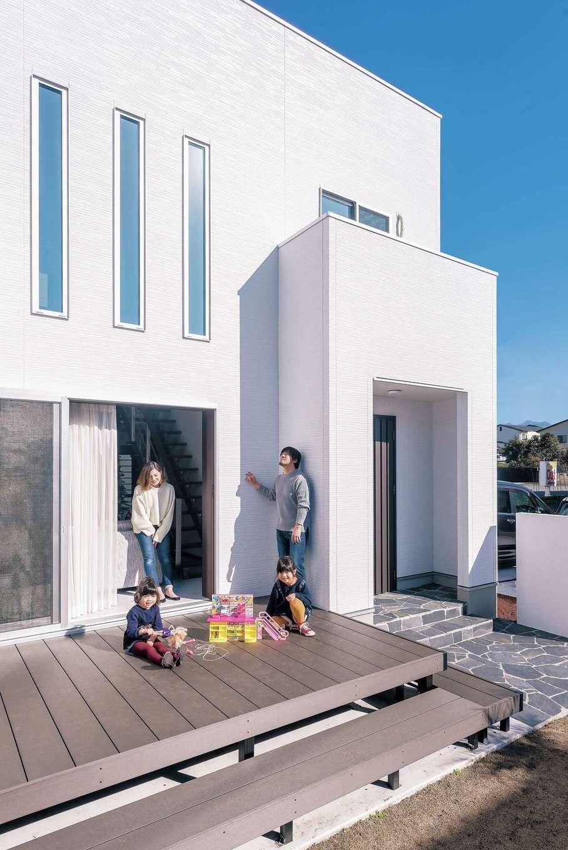 フルオープンできる窓でリビングとつながる広々ウッドデッキは、ままごとやなわとびなど、子どもたちの遊び場として大活躍。夏にはBBQをする予定だそう