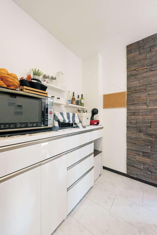 アフターホーム【1000万円台、デザイン住宅、子育て】キッチン横に設けたパントリーは、リビングから丸見えにならないのがポイント。ここに調理家電、冷蔵庫、収納を集約した