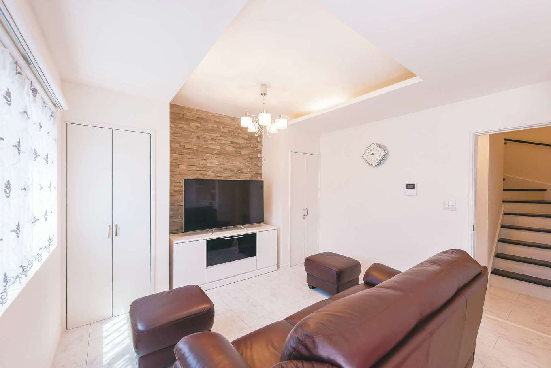 アフターホーム【デザイン住宅、間取り、インテリア】間接照明が施された天井の凹凸とテレビ背後のタイルが空間の役割を穏やかに分割