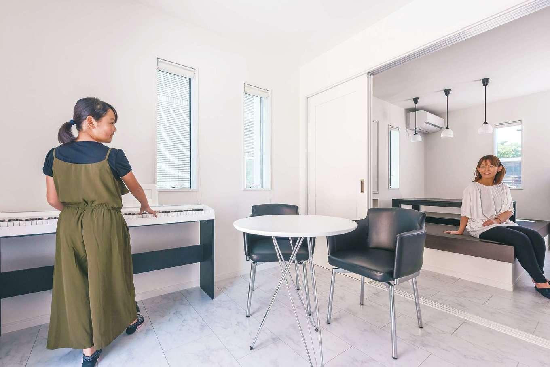 アフターホーム【デザイン住宅、間取り、インテリア】普段は開いて使い、LDKを広々と。玄関から直接アクセスできる動線が用意され、応接室として機能