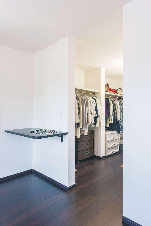 アフターホーム【デザイン住宅、間取り、インテリア】寝室に設けられたウォークインクローゼット。十分な容量が確保され、使い勝手もきっちり配慮されている