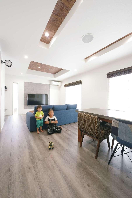 アフターホーム【1000万円台、趣味、ガレージ】LDKは、白を基調とした空間に、グレーの床とブルーのファブリックを合わせて北欧テイストにコーディネート。キッチンから子どもたちの様子が見渡せるので安心