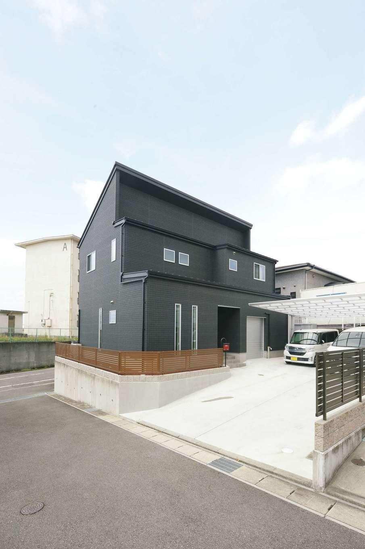 アフターホーム【1000万円台、趣味、ガレージ】かっこいいマットブラックの外壁が青空に映えるS邸。いつでもソーラーパネルを搭載できるよう、片流れの屋根を採用した