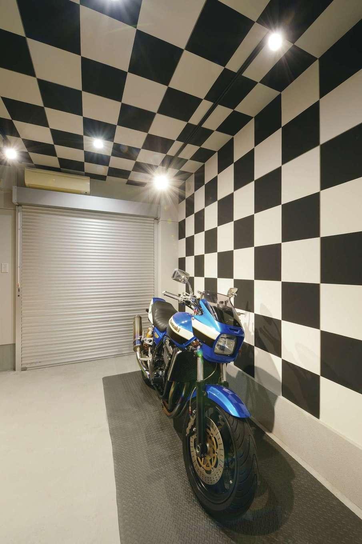 アフターホーム【1000万円台、趣味、ガレージ】ご主人の夢を叶えたインナーバイクガレージ。愛車のKAWASAKI-ZRXは、約20年も乗り続けているとは思えないほどピカピカに輝き、いかに大切に手入れしているかがわかる。チェッカーフラッグをイメージした壁のデザインは、ご主人からのリクエスト
