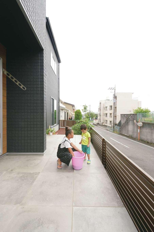 アフターホーム【1000万円台、趣味、ガレージ】リビングから連続するタイルテラスは、ウッドデッキほど熱くならないので子どもたちも安心。奥には家庭菜園もあり、四季折々の野菜を収穫する