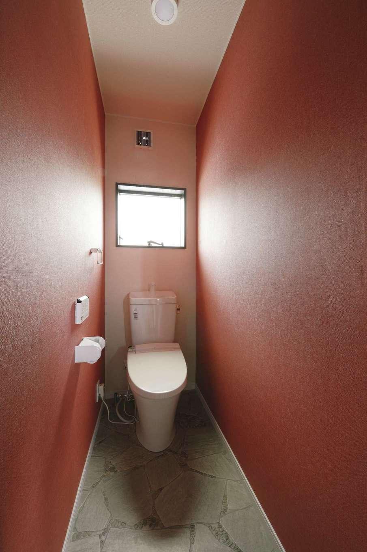 アフターホーム【1000万円台、趣味、ガレージ】個性豊かなクロスとフロアタイルで、暗くなりがちなトイレをモダンに演出