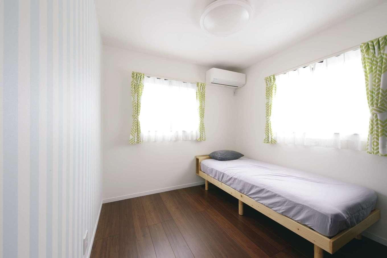 アフターホーム【1000万円台、趣味、ガレージ】子ども部屋のクロスとカーテンは自分たちの好きな柄を選ばせた。居心地が良すぎてこもらないよう、あえて空間を狭くしてリビングに集まるように配慮した