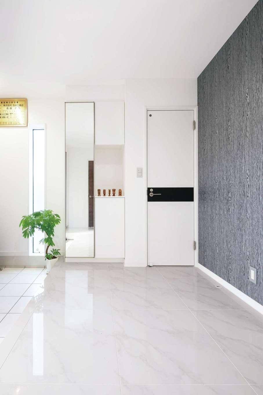 アフターホーム【デザイン住宅、二世帯住宅、間取り】大理石の床に陽光がきらめくラグジュアリーな玄関ホール