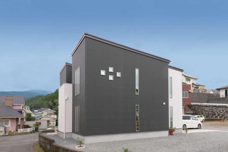 アフターホーム【デザイン住宅、二世帯住宅、間取り】飽きのこないデザインとツートンカラーが美しい外観。採光を考慮して配置した窓もスタイリッシュで印象的