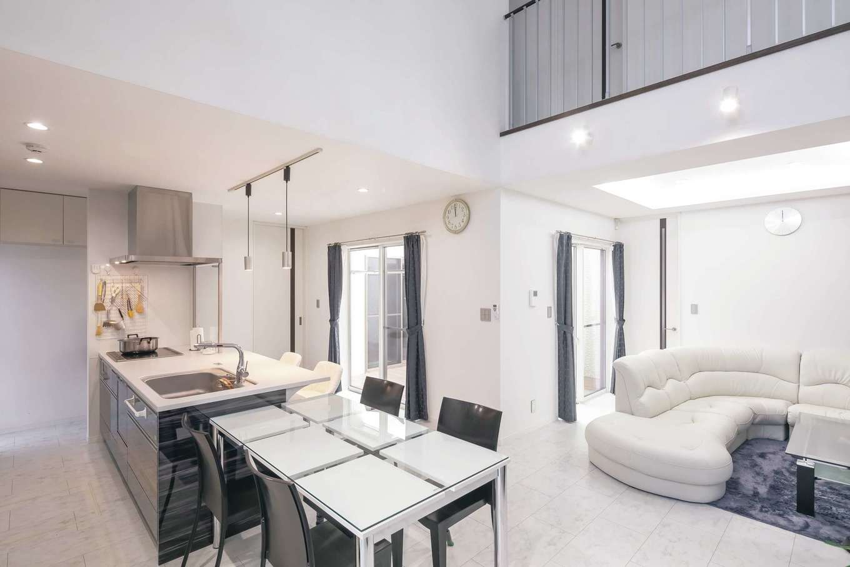 アフターホーム【デザイン住宅、二世帯住宅、間取り】奥さまが料理しながら家族の様子を見渡せるオープンキッチン。中庭を挟んだ両親の部屋も見えるのでお互いに安心できる