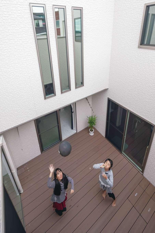 全室から見える8畳の中庭は、外からの視線を遮りながらBBQやカフェタイムを楽しめるプライベートガーデン。二世帯の程よい緩衝帯にもなっている