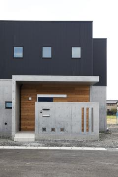 ブラックガルバリウムが映える鉄筋コンクリートの家