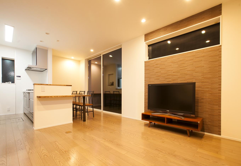 リビングには壁紙のアクセントに調湿効果がある素材を採用. 引用元施工例 ...