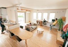 広々ファミリークローゼットと自然素材で心地よく過ごす家