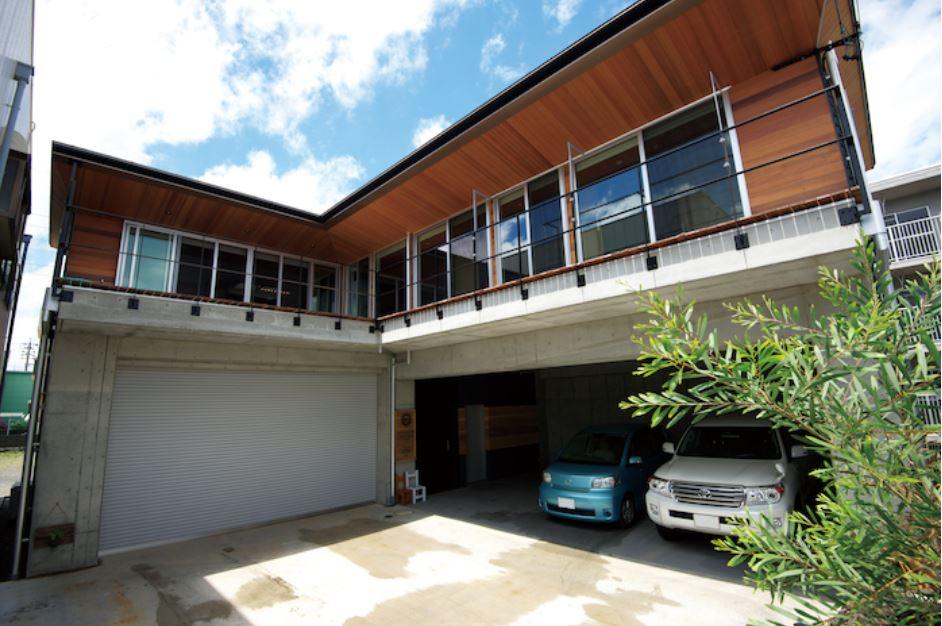 西川建設~Life is Dream~【デザイン住宅、自然素材、高級住宅】どっしりとした逞しい印象の外観。1階はRC、2階は木造という混構造に。施主さんがこだわったのは、軒先が2段に分かれている珍しい形状。機能性とデザインのバランスが良く人目も引く