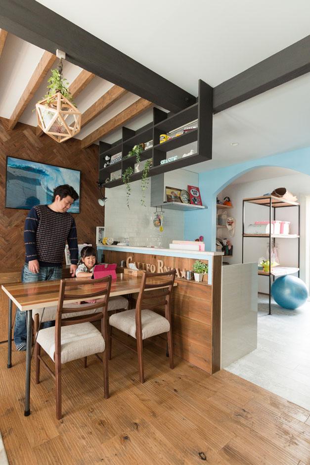 西川建設~Life is Dream~【デザイン住宅、趣味、自然素材】端材で造作してもらったダイニングテーブルが空間に溶け込んでいる。大きなアーチとライトブルーがかわいいキッチンパントリーは、あえてオープンにして使い勝手も両立。アイアンシェルフも造作して、見える収納も意識している