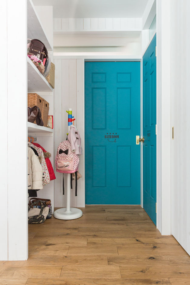 リビングの一画には子どもの服や学用品を入れるオープンクローゼットを。朝の身支度やお風呂上がりなど、子どもの着替えはここで済ます。「2階への上り下りをしなくて済むので、すごく楽です」と奥さま