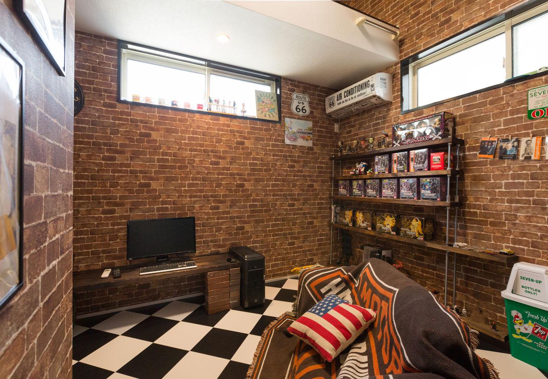 ご主人念願の書斎は、レンガ調のクロスやチェッカーのフロアで、理想のブルックリンスタイルでまとめた。イメージ通りの空間にするため家具は造作せずに、オールドアメリカンのインテリア雑貨をセンス良くディスプレしている
