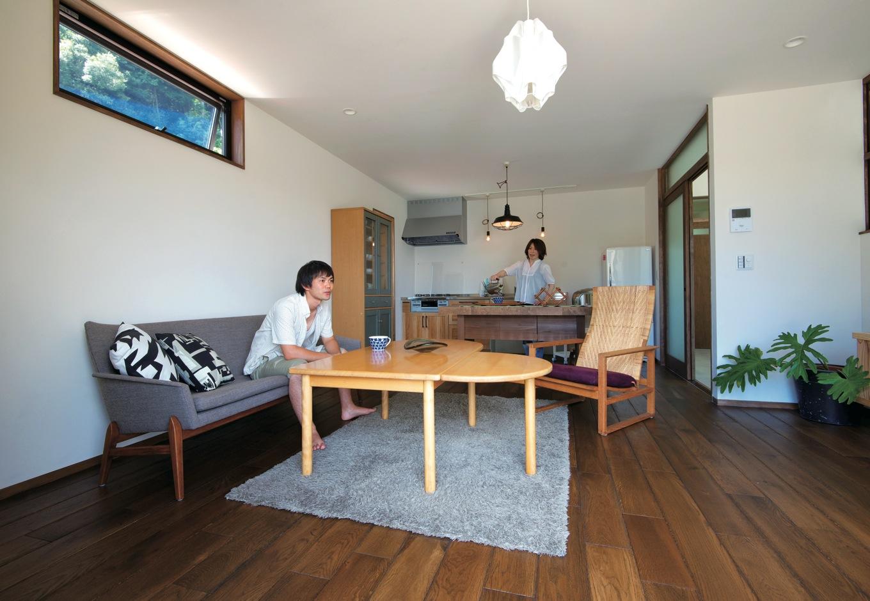 リビングとダイニングキッチンがつながった生活しやすいLDK。床は古材風にエイジング加工した無垢オーク