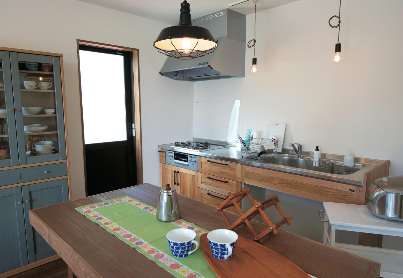 キッチンは奥さまがショールームでひと目惚れしたウッドワン。あえて壁付けにし、大きめのダイニングテーブルを製作