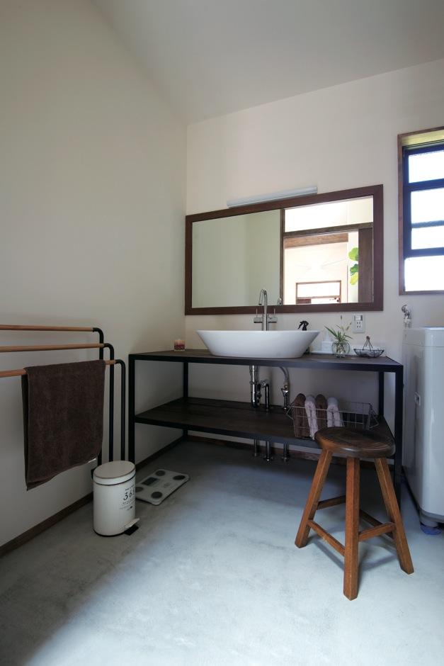広めに作った洗面室もモルタル床に。「サイズもイメージもぴったり」とKさんご夫婦が喜ぶ鏡と洗面台は西川社長の手作り