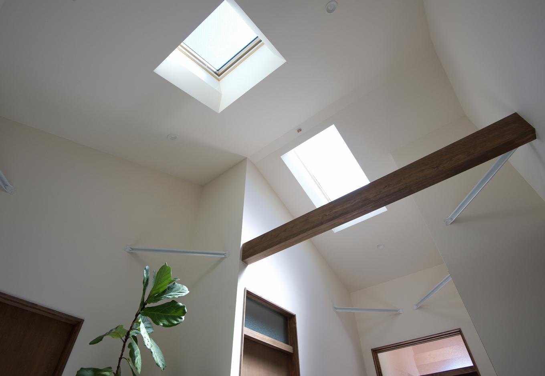 西川建設~Life is Dream~【デザイン住宅、自然素材、間取り】フリースペースに設けた2つのトップライト。「火打ち梁はそのうち木をかぶせようかと考えています」とご主人