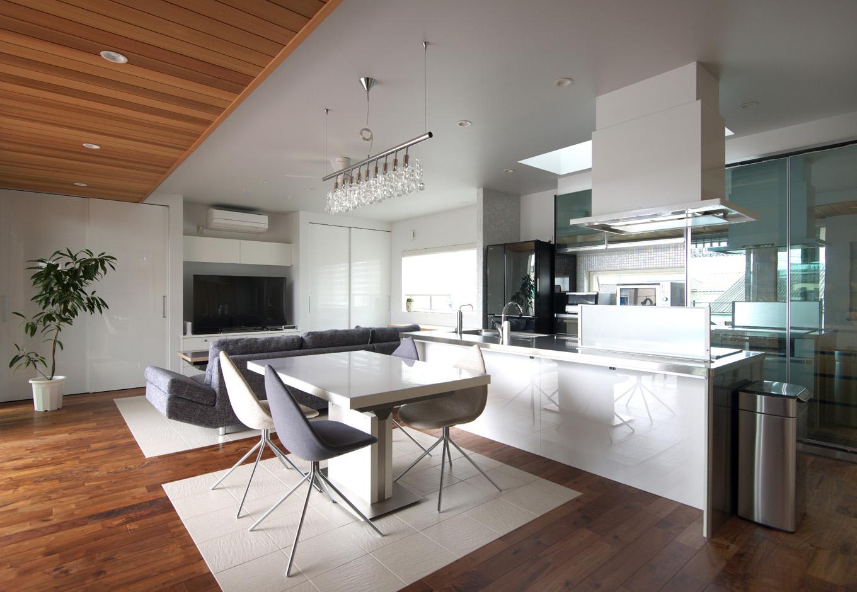 西川建設~Life is Dream~【デザイン住宅、自然素材、高級住宅】フローリングの床に白いタイルが敷かれた部分は床暖房。デザイン的に◎、冬はふんわりとしたあたたかさが快適、夏はタイルの涼しさ、食事の食べこぼしなどもサッと拭きとれる、と一石四鳥