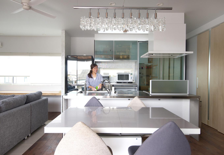 西川建設~Life is Dream~【デザイン住宅、自然素材、高級住宅】奥さまがひと目惚れしたアイランドキッチンはステンレス製で、背面と仕切り壁のモザイクタイルと相乗効果でスタイリッシュな印象に