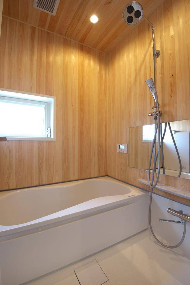 西川建設~Life is Dream~【デザイン住宅、自然素材、高級住宅】壁と天井にヒノキをふんだんに用い贅沢な浴室になった。柑橘系の香りが森林浴をしているかのような心地よさを演出