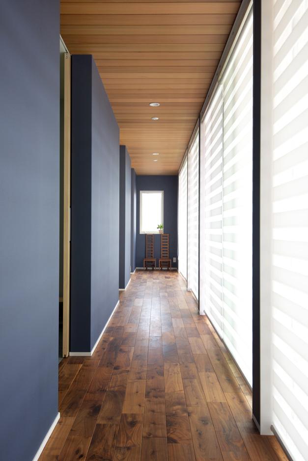 西川建設~Life is Dream~【デザイン住宅、自然素材、高級住宅】ウオールナットの無垢材を使用した廊下。長く広がる空間で部屋をつなげる事で、暮らしにゆとりをうみ出している