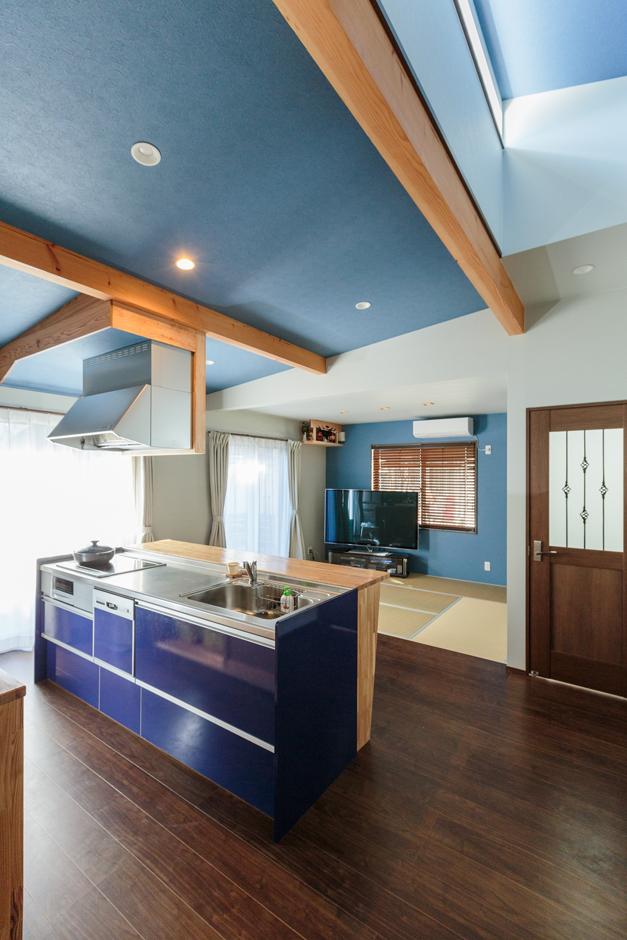 西川建設~Life is Dream~【夫婦で暮らす、間取り、平屋】奥さまが選んだ紺色のキッチンに合わせて、キッチンの天井と和室のアクセントウォールをブルーに。天井の一部は吹き抜けになっており、窓から明るい日差しを室内に取り込める