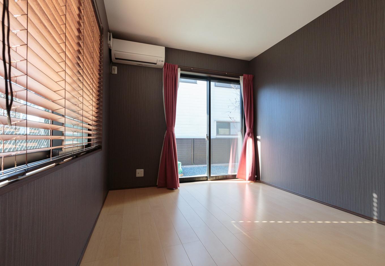 西川建設~Life is Dream~【夫婦で暮らす、間取り、平屋】個室はLDKと雰囲気を変えて床を淡色、壁を濃色に。使い方はあえて限定せず、フリースペースとしていろいろな用途に使っていく予定だそう