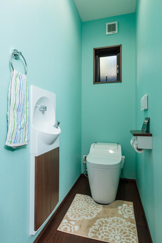 西川建設~Life is Dream~【夫婦で暮らす、間取り、平屋】狭い空間だからこそ遊びを取り入れられる。カラフルな壁は『西川建設』が建てた甥っ子さんの家で見て奥さまが気に入り、色違いで水色にしたという
