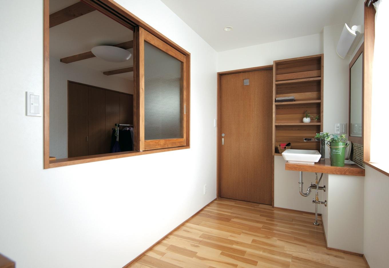 西川建設~Life is Dream~【デザイン住宅、子育て、自然素材】木の天板と陶器の洗面ボウルでシンプルな洗面台を造作。ニッチの棚もつけた