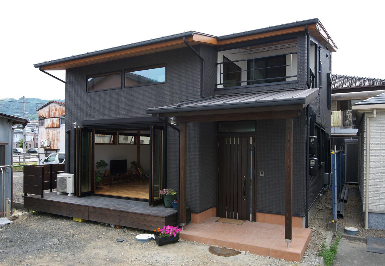 西川建設~Life is Dream~【デザイン住宅、子育て、自然素材】黒を基調とした外観。ウッドデッキも広めにとってある